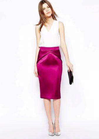 e5bb17a7a72 Довольно презентабельно смотрятся атласные юбки во время вечерних прогулок  и на свиданиях. С другой стороны в стенках кабинета этот вариант будет  смотреться ...
